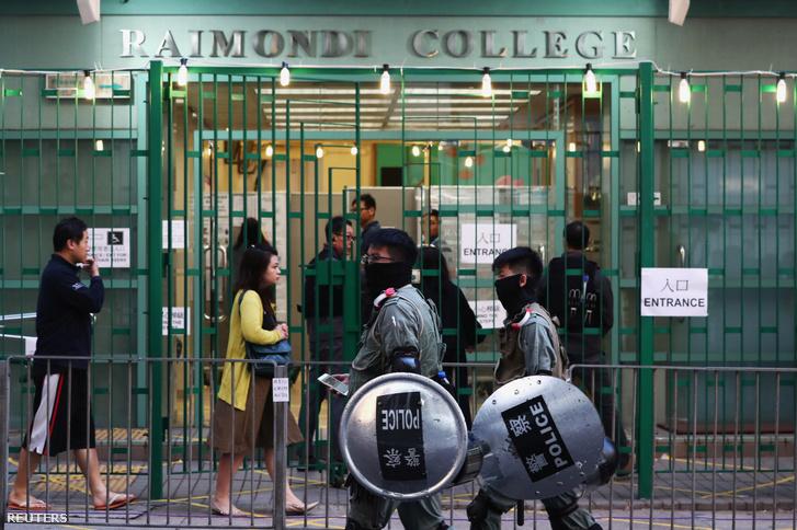 Rohamrendőrség felügyeli a szavazóhelyiséget, ahol Carie Lam adta le szavazatát vasárnap Hongkongban