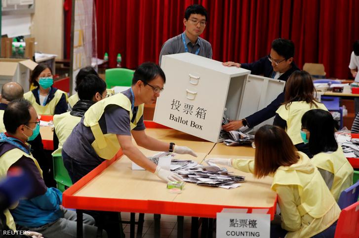 Szavazatszámlálók megnyitják az urnát a hongkongi választások után 2019. november 24-én