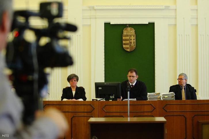 Duduka Attila bíró (k) beszél az MVM Zrt. tulajdonában álló Paksi Atomerőmű Zrt. volt vezérigazgatója, Kocsis István és öt társa ellen bűnszervezetben elkövetett, különösen jelentős vagyoni hátrányt okozó hűtlen kezelés miatt indult büntetőper tárgyalásán a Kaposvári Törvényszék tárgyalótermében 2013. január 21-én