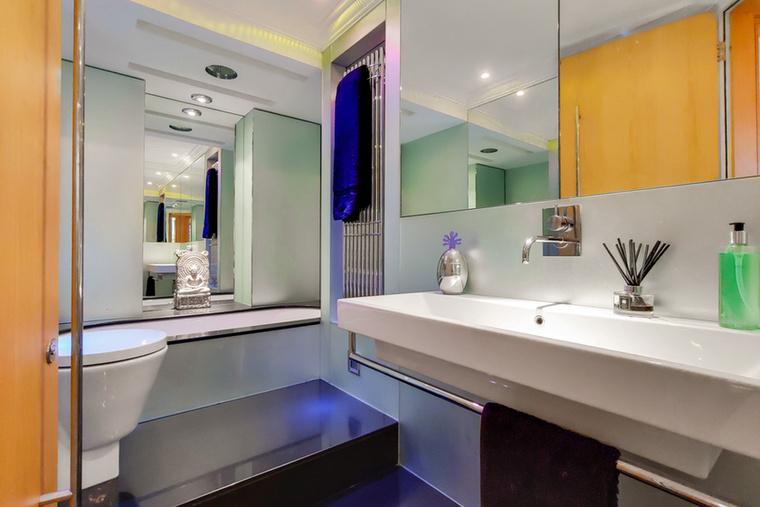 Végül, de nem utolsó sorban pedig tekintsék meg a fürdőszobát, ami olyan, mintha egy luxusszálloda katalógusához fotózták volna.