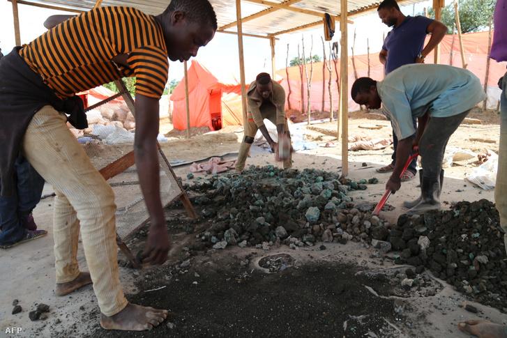 Kongói kézi kobalt bányászok Kolawezi és Lubumbashi között 2018-ban