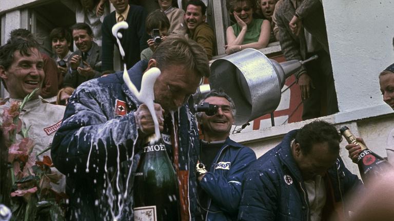 Elsőként locsolt pezsgőt a győzelemre