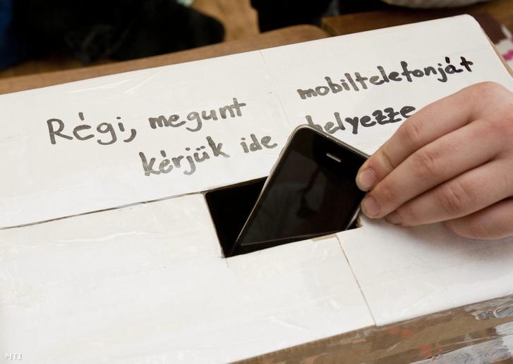 Régi mobiltelefonok és akkumulátorok gyűjtésére használt doboz a Csillaghegyi Közösségi Házban