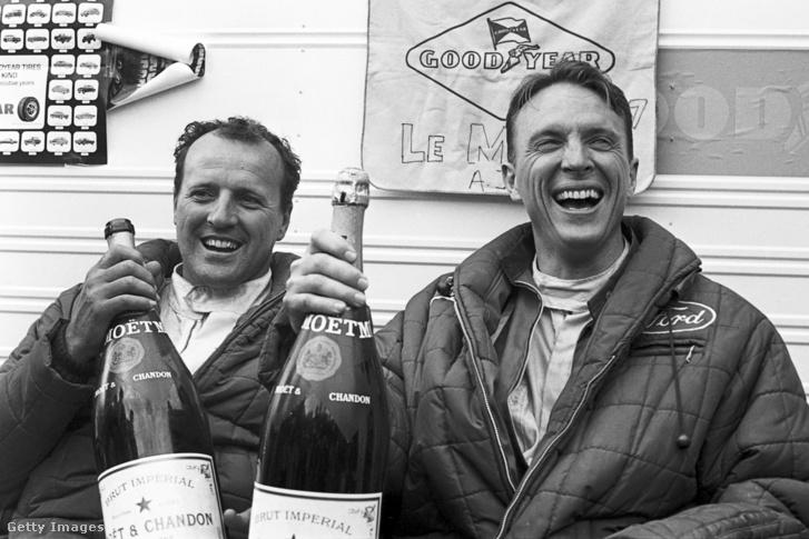 A. J. Foyt és Dan Gurney 1967-ben Le Mans-győzelmüket ünneplik