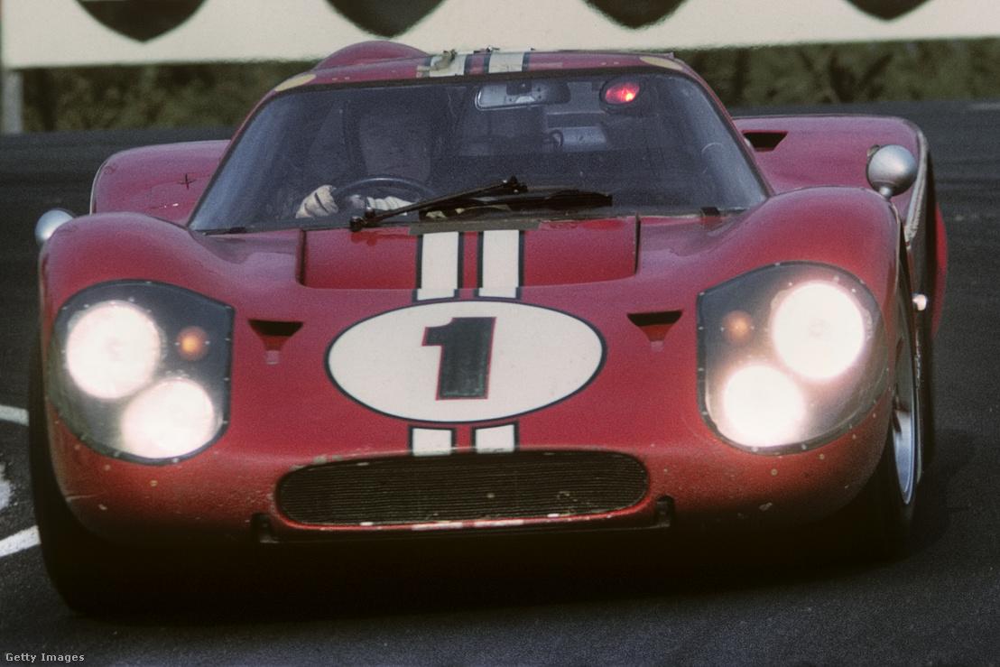 Gurney az 1-es számú Fordban. Jól látszik a hupli a fejénél, anélkül be se fért volna a kocsiba