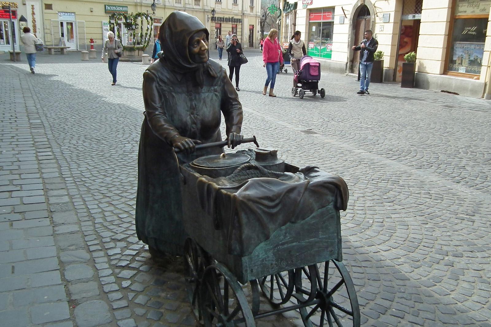 Melyik városban mosolyog Kati néni, a fertályos asszony szobra?