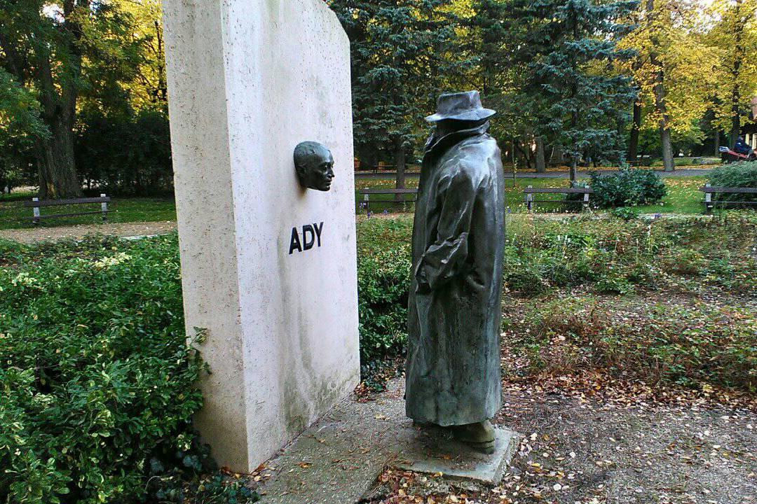 Ady Endre különleges szobra abban a városban áll, ahol a költő jogot tanult. Melyik ez a város?