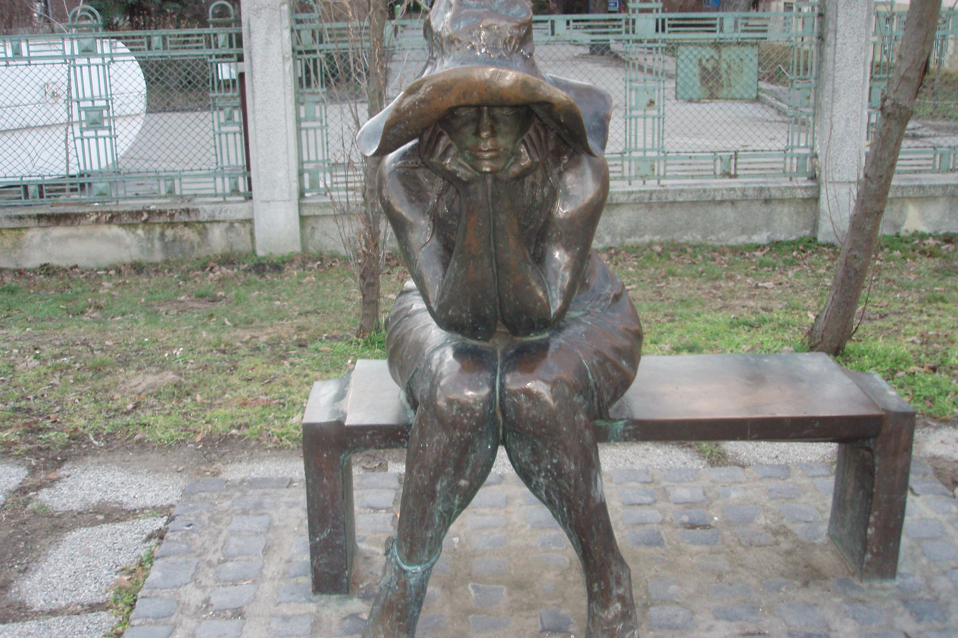 A Kalap alatt című szobornak egy másolata Párizsban is található. Hol van az eredeti?