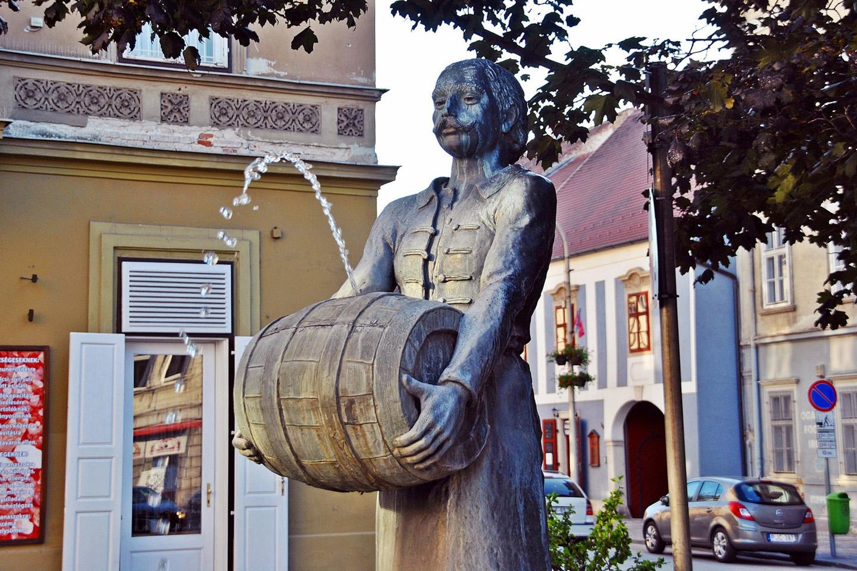 Melyik város híres alkotása a Sörmester szobor?