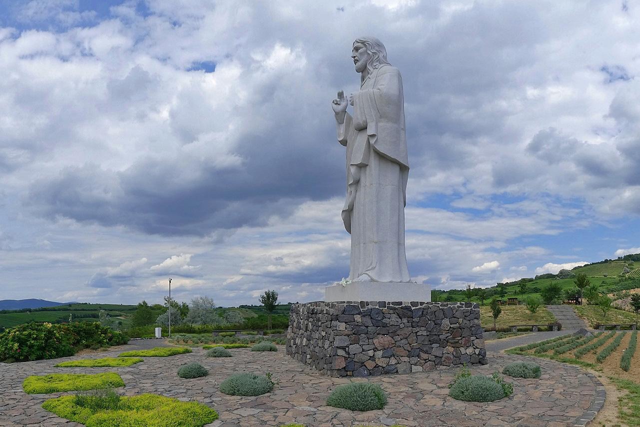 Melyik településen áll a riói Jézus-szoborhoz hasonlított Áldó Krisztus?
