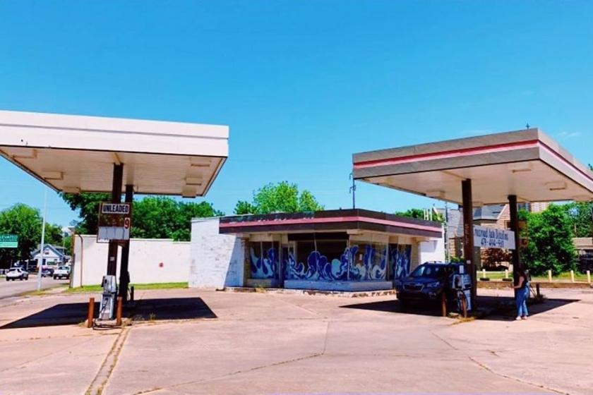 Így nézett ki a benzinkút eredetileg - az '50-es években épült, de már jó ideje nem használták.