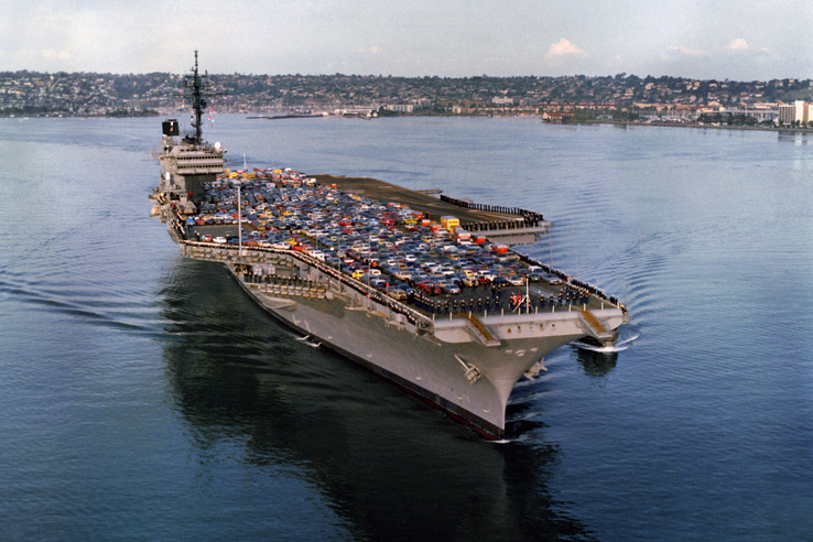 1983: a USS Kitty Hawk (CV 63) San Diegoba érkezik miután nagyjavításon esett át a haditengerészet bremertoni kikötőjében (Puget Sound, Washington állam).