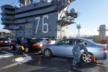 Az autókat féksarukkal rögzítik, hogy ne guruljanak szanaszét a fedélzeten.