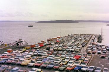 1983: a legénység autói a USS Kitty Hawk (CV 63) fedélzetén.