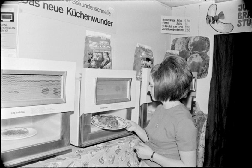 1969-ben Németországban egy nő pizzát melegít az új konyhai csodagépben.