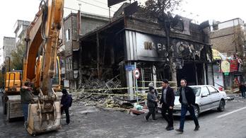 700 bankot és 140 kormányzati épületet gyújtottak fel Iránban
