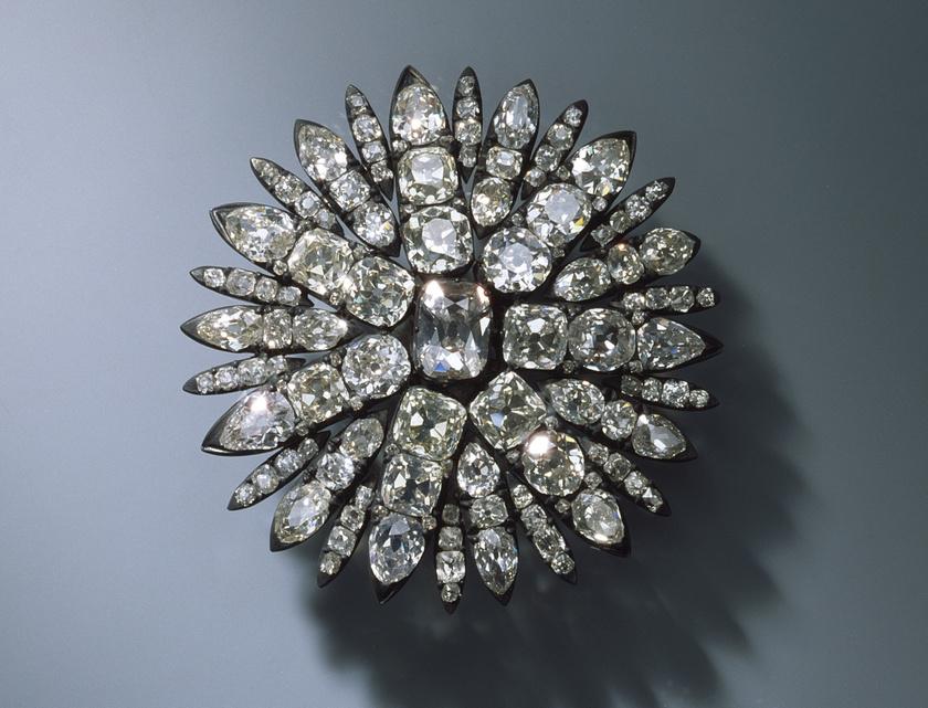 Michael Kretschmer tartományi miniszterelnök szerint a kincstárban olyan értékeket őriztek, amelyekért Szászország évszázadok alatt keményen megdolgozott, és nélkülük nem lehet megérteni a szász történelmet. A fotón egy gyémántos fejdísz látható.