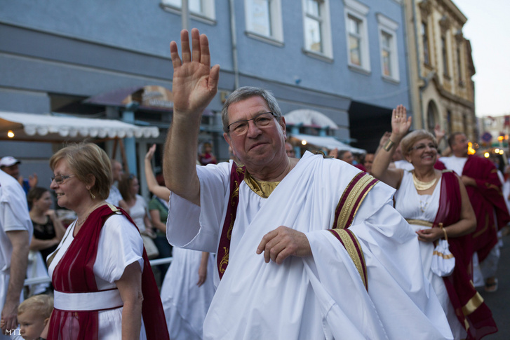 Puskás Tivadar polgármester a Savaria Történelmi Karnevál jelmezes felvonulásán a szombathelyi Kossuth Lajos utcában 2014. augusztus 22-én.