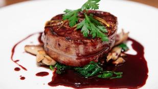 Ha megadnád a módját: baconbe tekert szűzpecsenye vörösáfonyás gombaraguval és hercegnő burgonyával