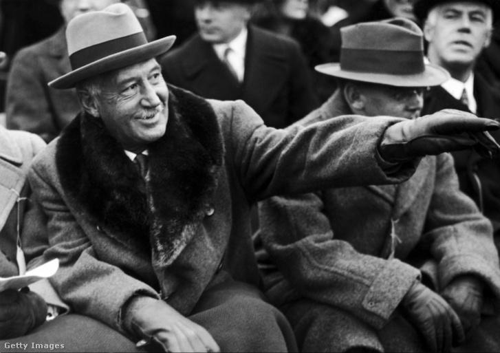 Az amerikaifutball (egyik) szülőatyjának tartott Walter Camp 1925-ben
