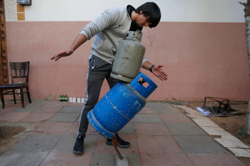 Amikor először lát egy tárgyat, Mohamed mindig megpróbálja megtalálni annak egyensúlyi pontját.