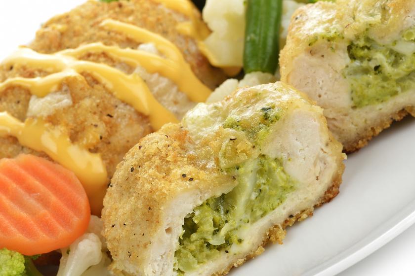Sajtos, brokkolis töltött csirkemell ropogós panírban: belül nem fog kiszáradni