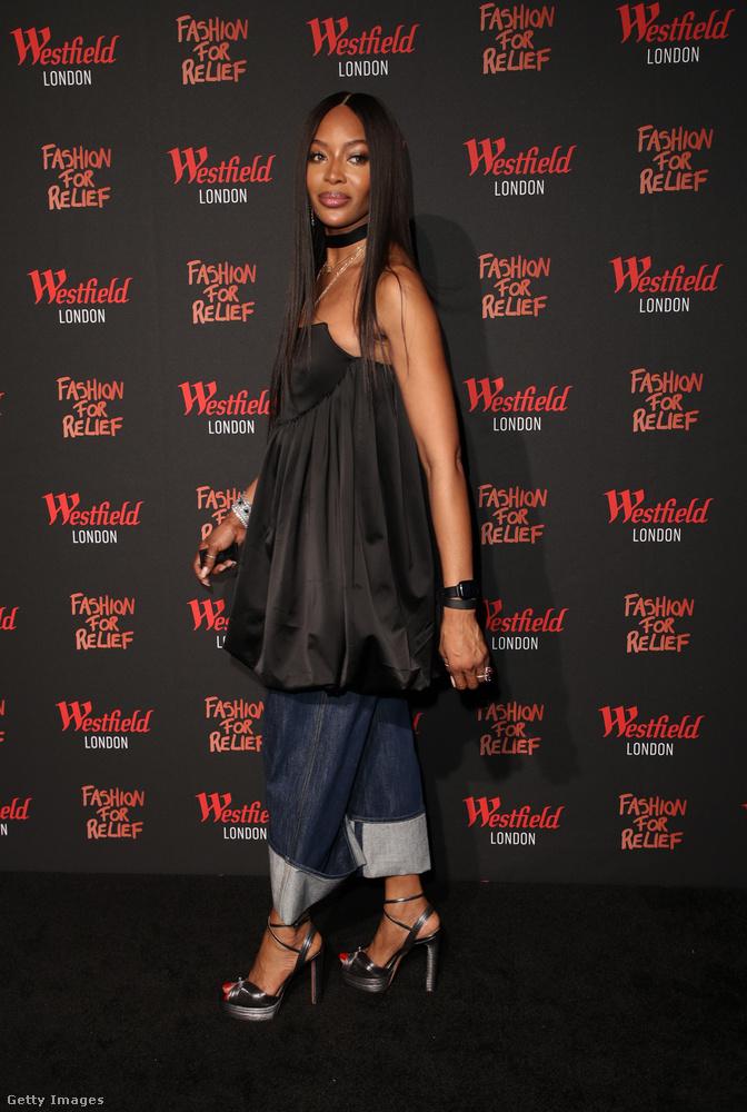 Na és nézzünk át Londonba, ahol Naomi Campbell lezser eleganciával nyitott meg egy jótékonysági boltot pop-up jelleggel