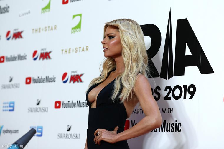 Amint az a háttérben nagyjából látszik, a fotók az idei ARIA-gálán készültek, ami az ausztrál Grammy-díjaknak feleltethető meg