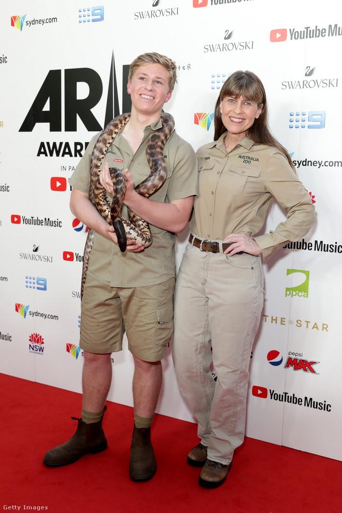 Ők Robert Irwin, Terri Irwin és egy nyilván egy kígyó, hiszen Ausztráliában vagyunk, helló?!?!