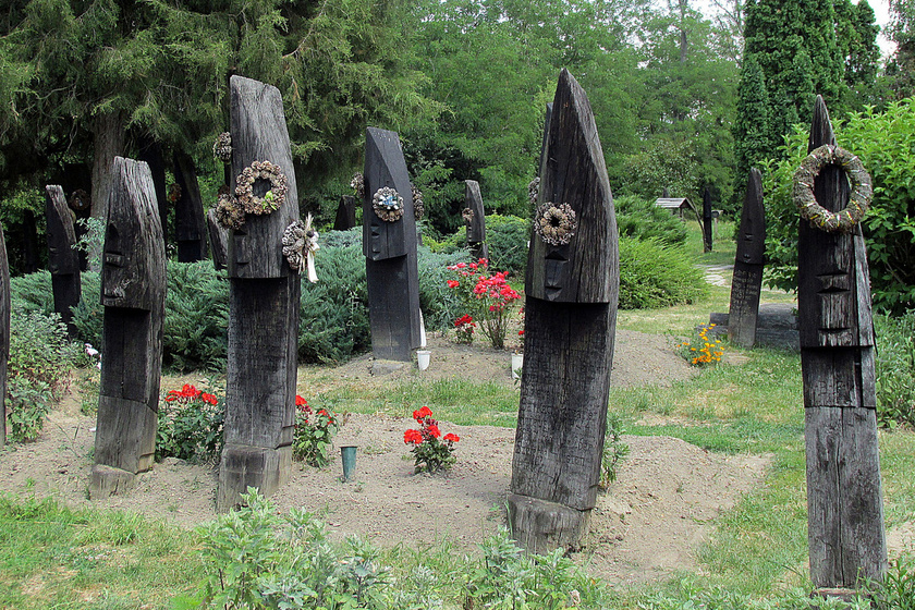 A magyar falu temetője egész Európában egyedülálló: Szatmárcseke különleges fejfái mellett is csodákkal vár