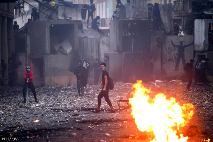 Kormányellenes tüntetők a biztonsági erőkkel vívott összecsapás közben Bagdadban 2019. november 25-én
