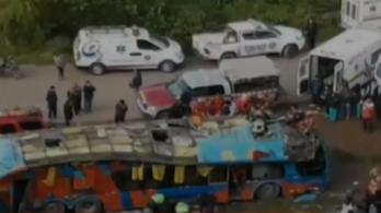 Iskolásokkal teli busz zuhant a szakadékba Peruban