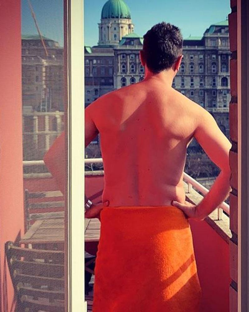 Csonka András lakása épp a budai várra néz. A színész számára nagyon fontos, hogy környezetében gyönyörködhessen.
