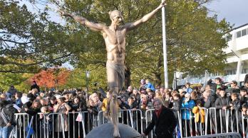 Felgyújtották és lefújták festékkel Ibrahimovic szobrát