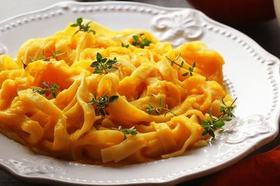 Fűszeres, sütőtökös tészta: tejszínes-sajtos szószba kerül a sütőtök