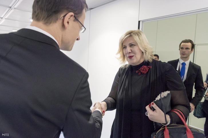 Szijjártó Péter külgazdasági és külügyminiszter és Dunja Mijatovic az Európai Biztonsági és Együttműködési Szervezet (EBESZ) sajtószabadság-képviselője kezet fog az EBESZ miniszteri tanácsának bázeli tanácskozásán 2014. december 3-án.