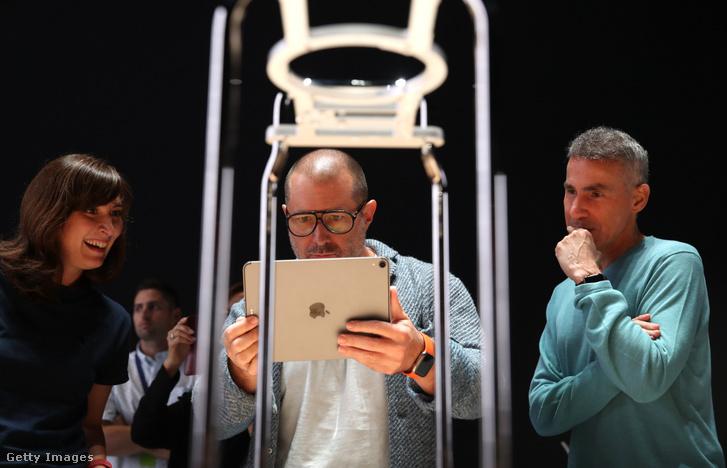 Jonathan Ive egy iPaddel a kezében az Apple Fejlesztői Világkonferencián 2019. június 3-án.