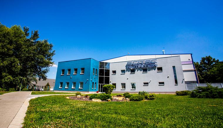 Az egyik legjobb helyen merültünk alá a porok világába - a Scitec Nutrition dunakeszi gyárában egy műszak alatt akár 23 tonnának megfelelő mennyiségű termék is legördülhet a gyártósorról