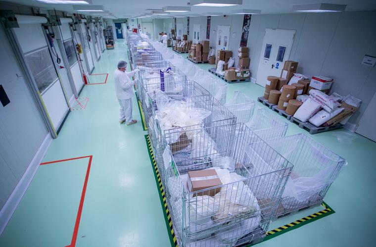 A gyárba érkező, megfelelő minőségűnek nyilvánított termékeket az alapanyagraktárban helyezik el