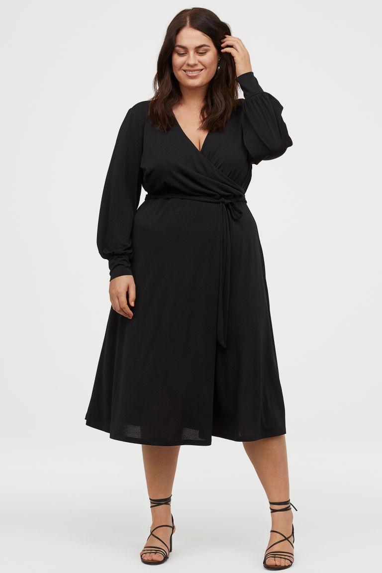 A H&M lágy esésű, nőies egészruhája szépen hangsúlyozza a dekoltázst, és öve miatt karcsúsítja a derekat. 8995 forintért vásárolhatod meg.