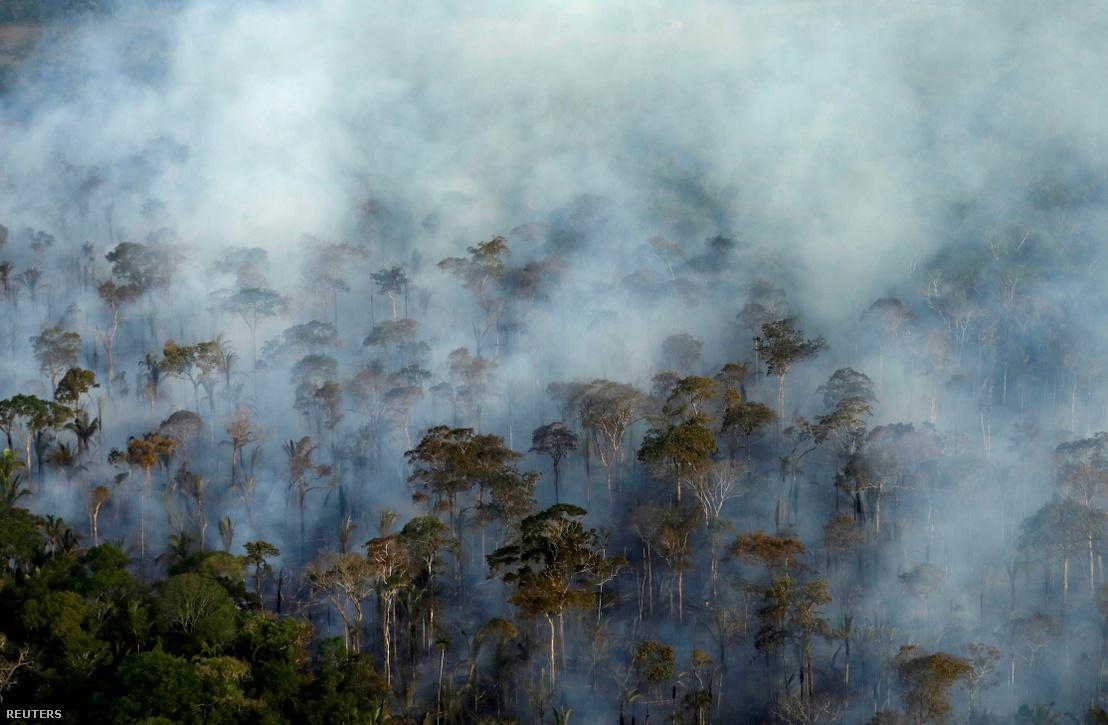 Füst száll fel az égő amazonasi esőerdőből közel Porto Velhóhoz, Brazíliában 2019. szeptember 10-én