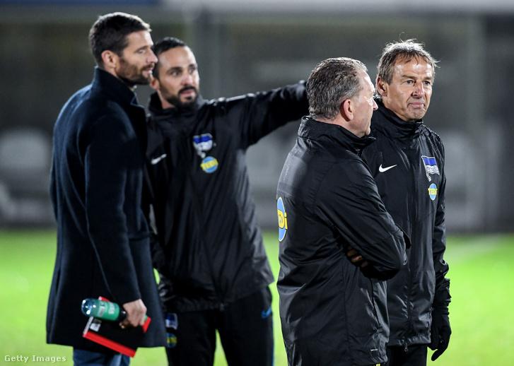 Balról-jobbra: Arne Friedrich, Alexander Nouri, Andreas Köpke és Jürgen Klinsmann a Hertha szerdai edzésén