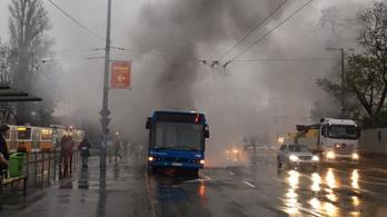 Kigyulladt a 15-ös busz a Lehel téren