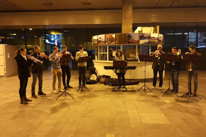 Különleges koncertek töltik be a pályaudvarok váróit: a MÁV Szimfonikusok minikoncertjén jártunk
