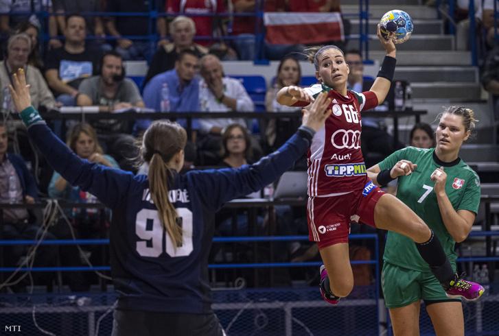 Lukács Viktória (középen), lő a litván Amanda Vareikiene kapusnak a Magyarország - Litvánia női kézilabda Európa-bajnoki selejtező mérkőzésen Érden 2019. szeptember 25-én