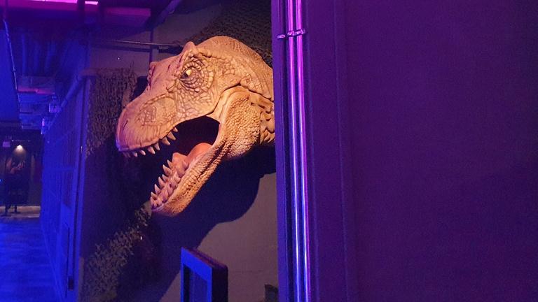 Elmentem a vidámparkba, arcon köpött egy dinoszaurusz