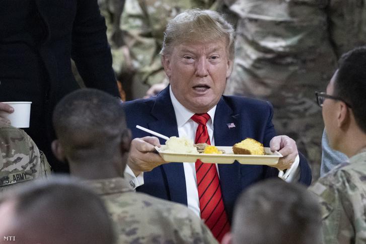 Donald Trump amerikai elnök a bagrami légi támaszponton szolgáló amerikai katonákkal vacsorázik, akiket a hálaadás ünnepének alkalmából keresett fel meglepetésszerű afganisztáni látogatása alatt, 2019. november 28-án