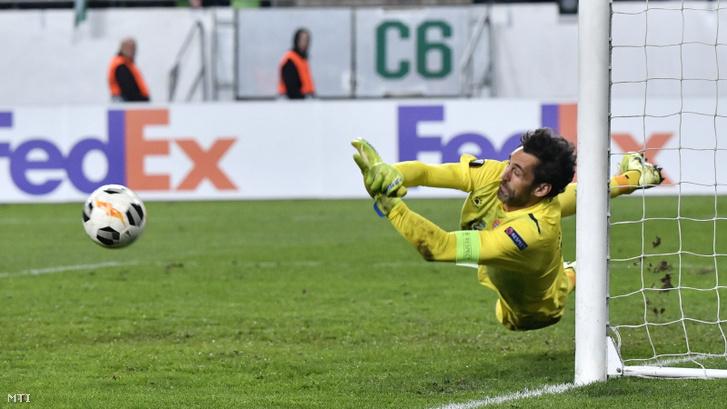 Diego López, a spanyol csapat kapusa védi a Ferencváros büntetőjét