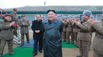 Kim Dzsongun szuper nagy rakéta-sorozatlövőt tesztelt