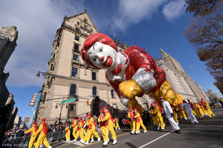 Nos, Ronald McDonald a hálaadásnapi felvonuláson lufi alakjában is megjelent, szintén háznyi méretben.